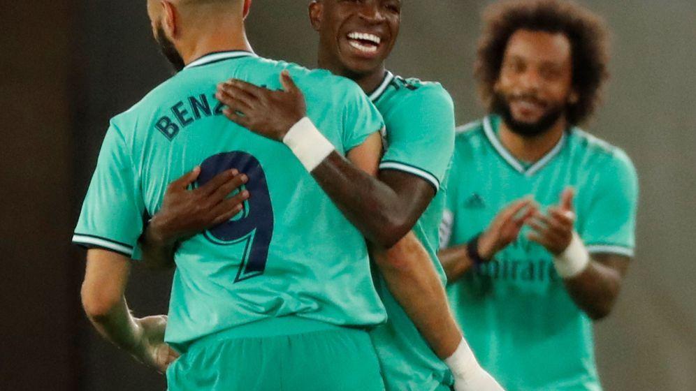 Foto: Vinícius abraza a Benzema en el segundo gol del Real Madrid contra la Real Sociedad. (EFE)