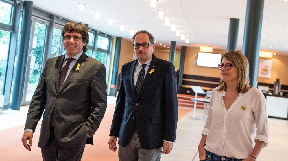 Foto: El presidente de la Generalitat, Quim Torra (c), su antecesor en el cargo, Carles Puigdemont, y la consejera de la Presidencia, Elsa Artadi. (EFE)