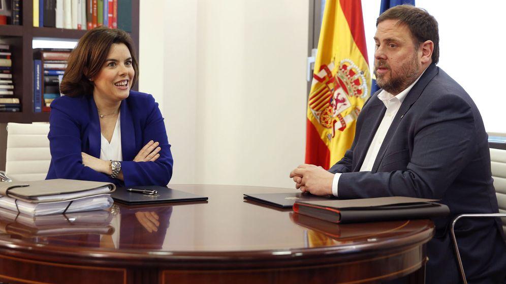 Foto: La vicepresidenta del Gobierno, Soraya Sáenz de Santamaría, con el vicepresidente catalán y líder de ERC, Oriol Junqueras. (Efe)