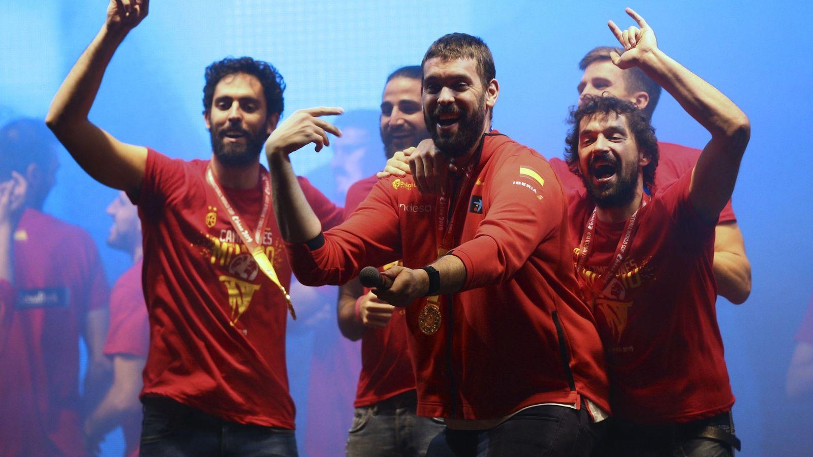 Foto: Marc Gasol, animando al público en el escenario de Colón. (EFE)