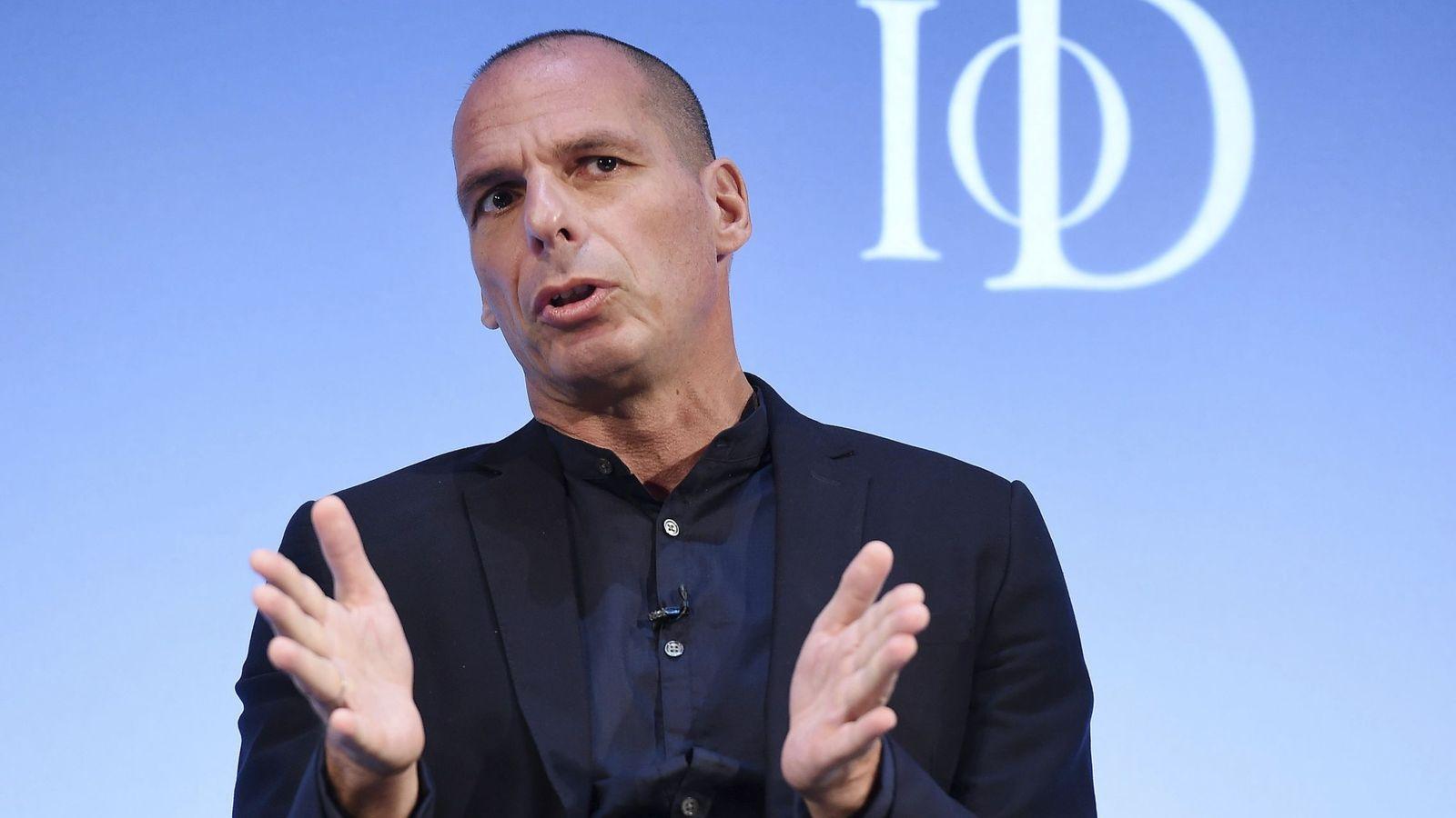 Foto: El exministro griego de Finanzas Yanis Varoufakis ofrece un discurso en el Instituto de Directores en el Royal Albert Hall de Londres en 2016. (EFE)