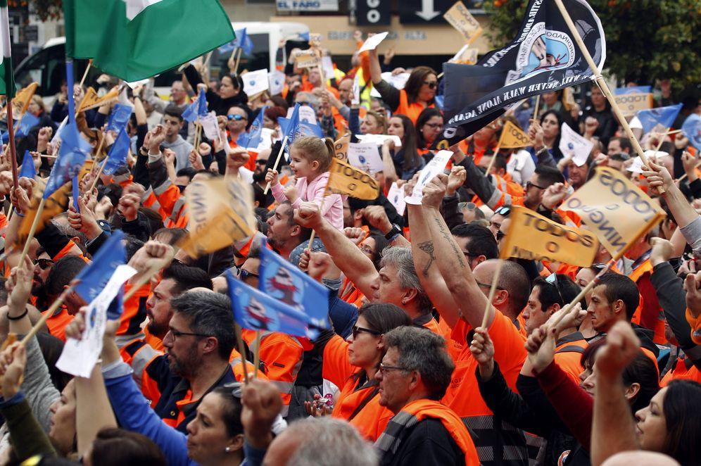 Foto: Las empresas planean quedarse con 5.000 de los 6.400 estibadores que trabajan en España. (EFE)