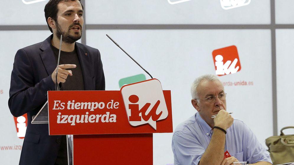 Foto: El candidato de IU a la Presidencia del Gobierno, Alberto Garzón, junto al coordinador federal de la formación, Cayo Lara (d). (EFE)