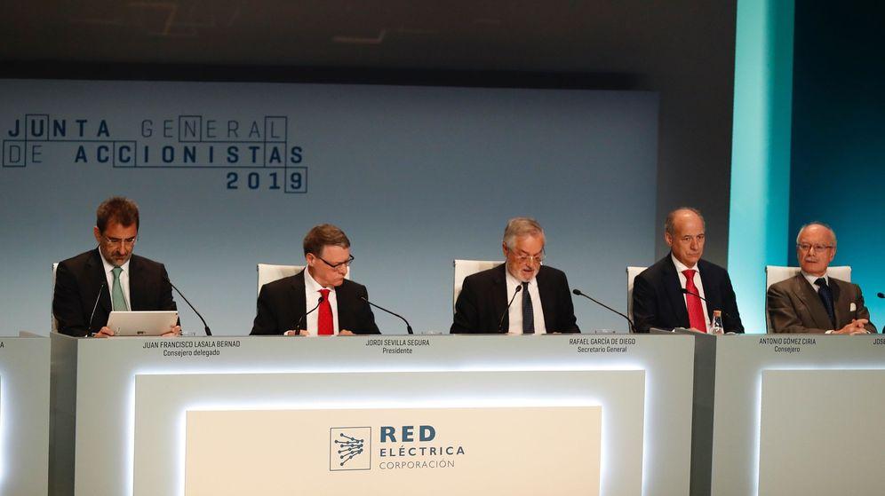 Foto: El presidente de Red Eléctrica, Jordi Sevilla (2i), junto al secretario general, Rafael García de Diego (c); el consejero delegado, Juan Francisco Lasala (i). (EFE)
