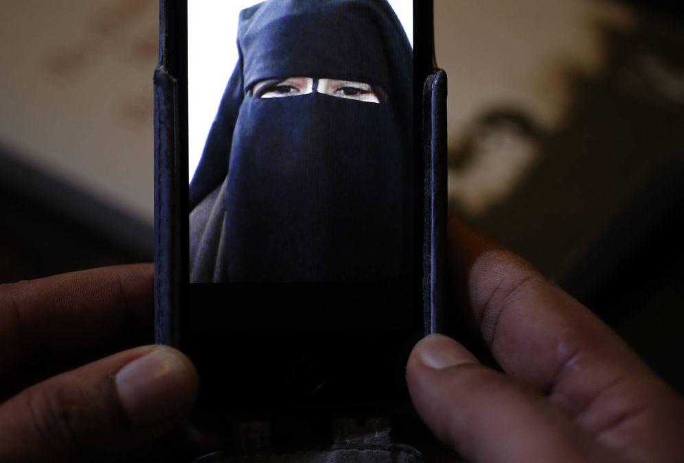 Foto: Foad, el hermano de Nora, de 15 años, quien escapó de su hogar en Avignon para llegar a Siria, muestra una foto de la joven. (Reuters)