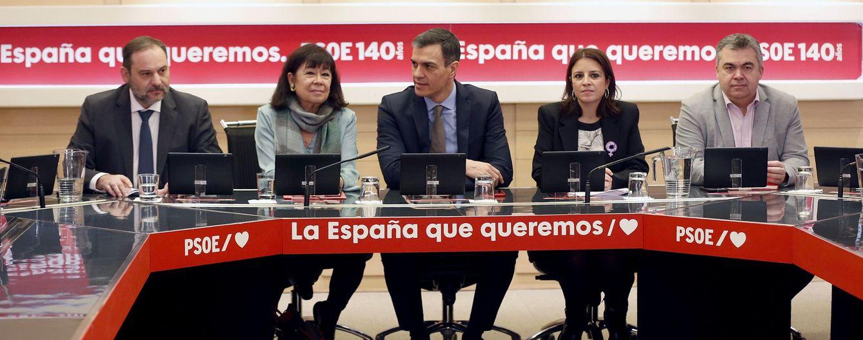 Foto: Pedro Sánchez, con José Luis Ábalos, Cristina Narbona, Adriana Lastra y Santos Cerdán, este 24 de febrero en la reunión de la comisión permanente de la ejecutiva, en la sede de Ferraz. (EFE)