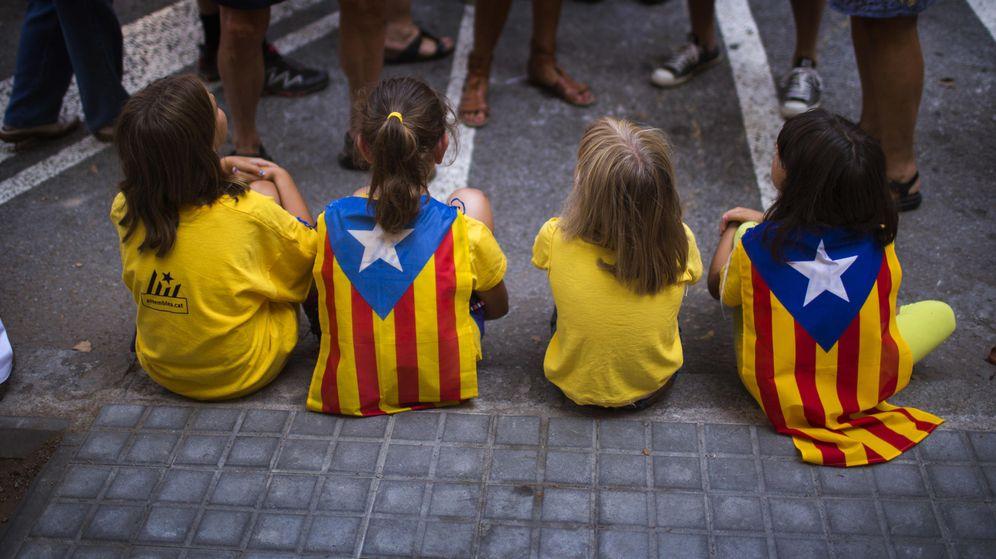 Foto: Varias niñas visten camisetas con la estelada y motivos independentistas. (AP)