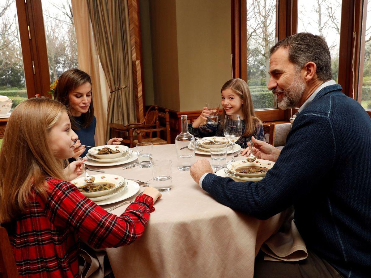 Foto: Los Reyes y sus hijas, almorzando en el Pabellón del Príncipe. (EFE)