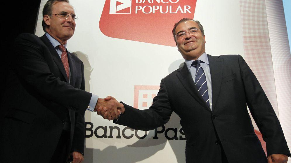Foto: José María Arias (i), de Banco Pastor y Ángel Ron (d), expresidente del Popular. (EFE)