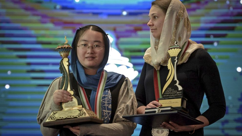 La campeona del ajedrez que perdió sus dos títulos por negarse a llevar túnica