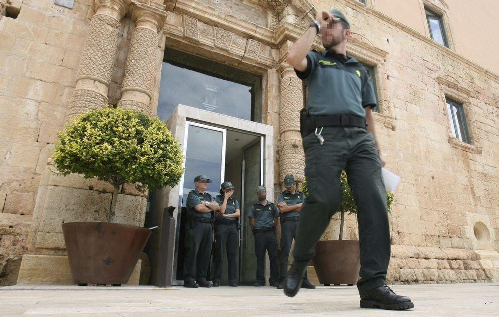 Foto: Momento en el que la policía detuvo a Daniel Massagué, alcalde de Torredembarra (Efe).