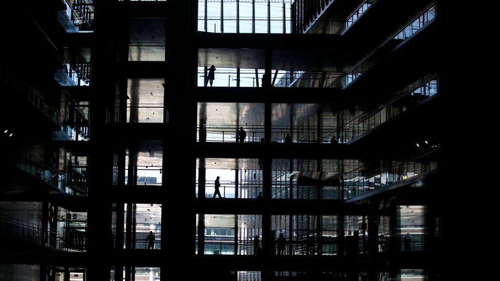 Foto: Gente trabajando en la sede de Endesa en Madrid. (Reuters)