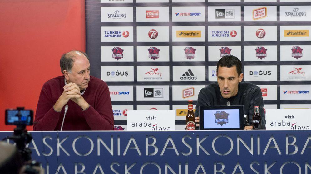 Foto: Pablo Prigioni (d) junto a Josean Querejeta (i) en la rueda de prensa que dio tras anunciar su retirada el pasado mes de enero. (EFE)