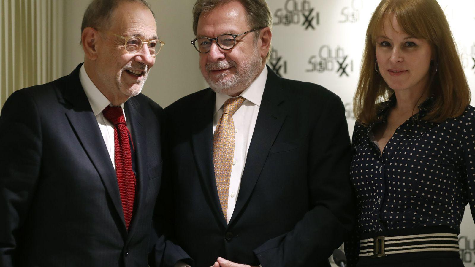Foto: Javier Solana, Juan Luis Cebrián y la periodista Gloria Lomana, en el coloquio celebrado en el Club Siglo XXI. (EFE)