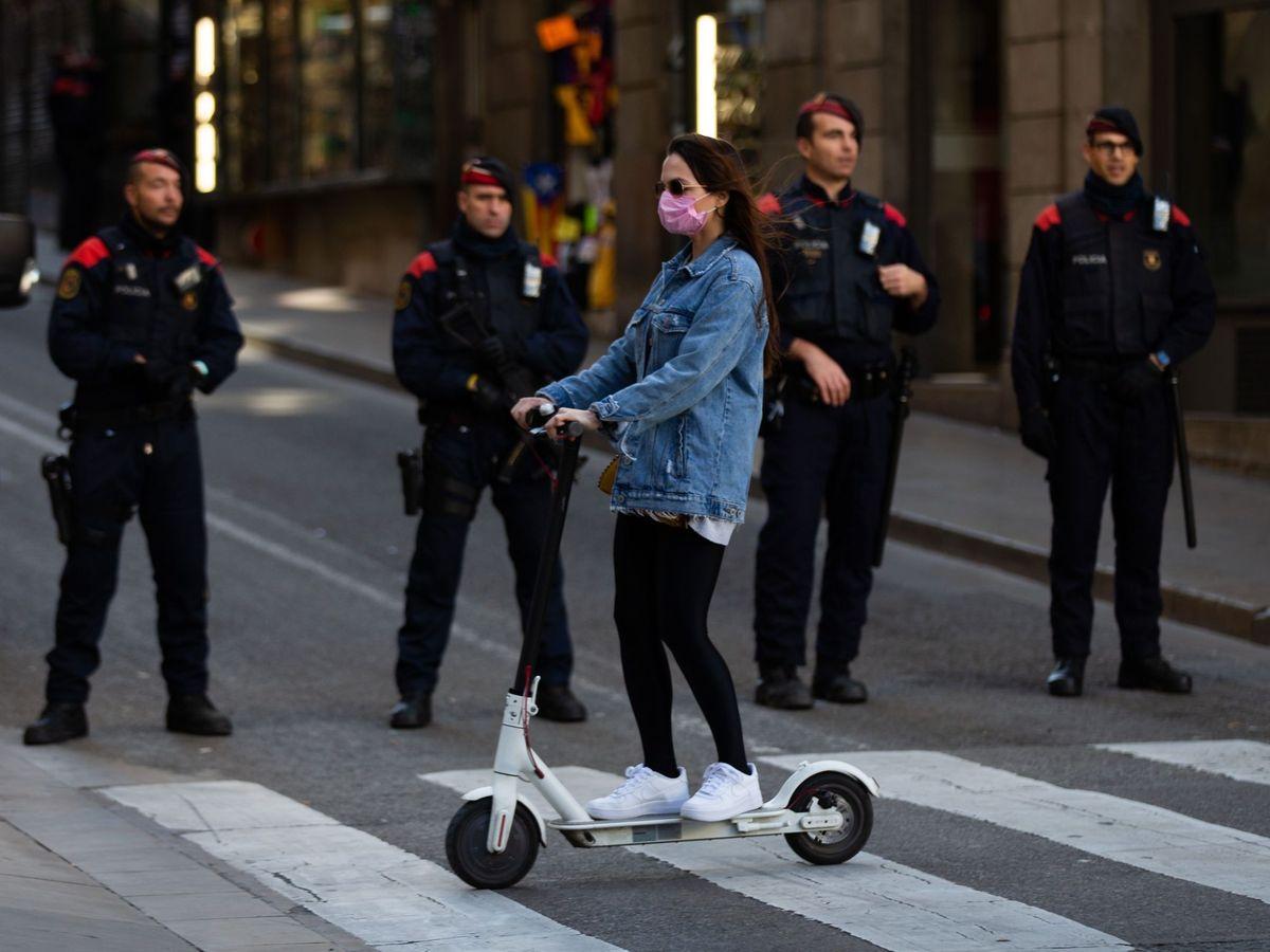 Foto: Una joven en patinete en Barcelona. (EFE)