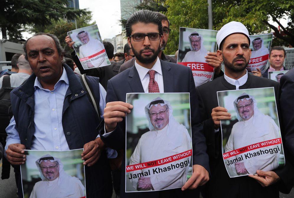 Foto: Varios activistas muestran retratos del periodista Jamal Khasoggi durante una manifestación organizada por la Asociación de Medios de Comunicación Turco-Árabes delante del consulado saudí en Estambul. (EFE)