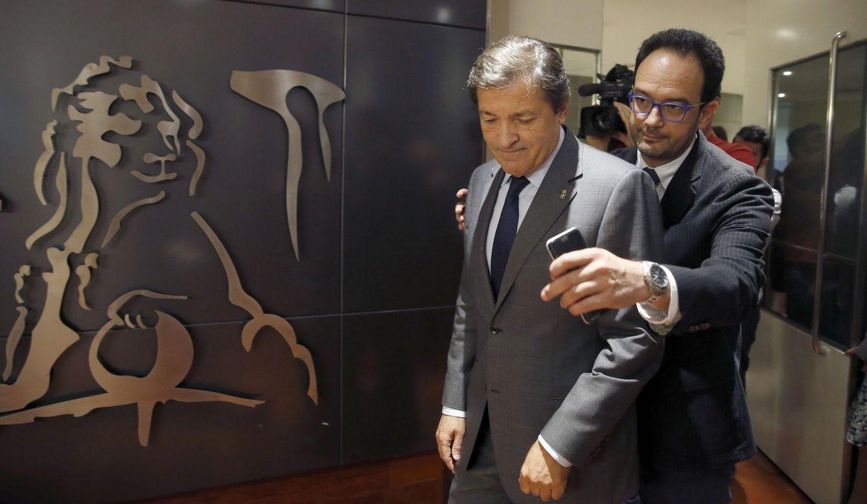 Javier Fernández, junto al presidente-portavoz del Grupo Socialista en el Congreso, Antonio Hernando, este 25 de octubre. (EFE)
