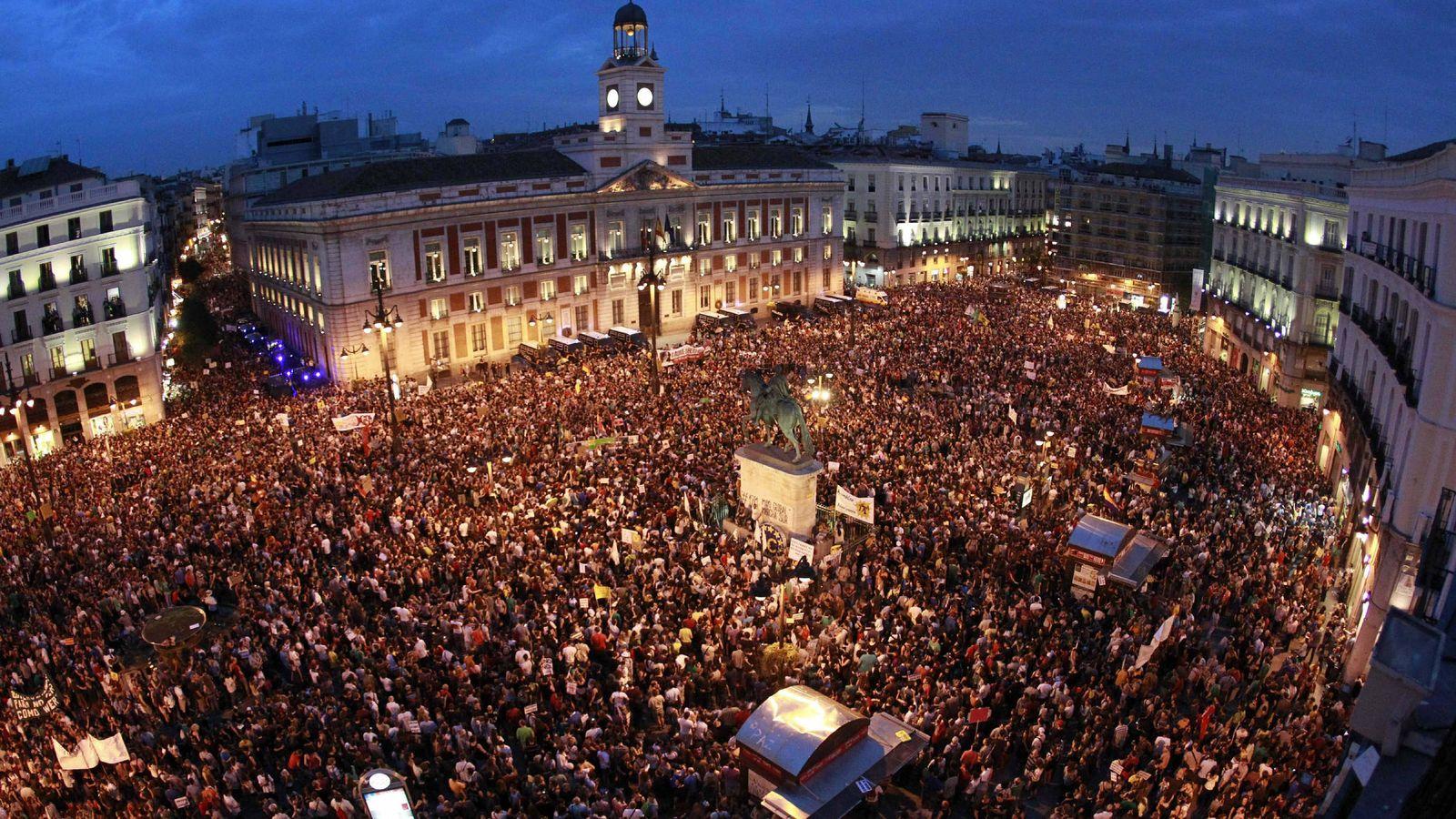 Foto: Integrantes del Movimiento 15M abarrotan la céntrica Puerta del Sol de Madrid en el primer aniversario del movimiento reivindicativo en 2012. EFE/Alberto Martín