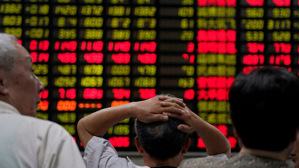 Foto: Inversores ante una pantalla de cotización. (Reuters)