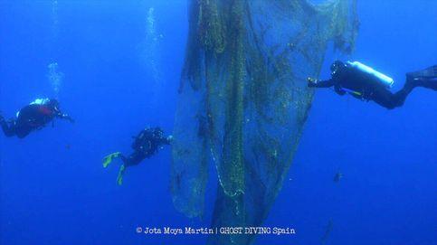 Buceadores retiran una red de pesca de 450 kilos en aguas del Mediterráneo