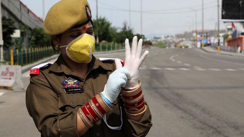 La policía de India castiga con golpes a los que se saltan el confinamiento