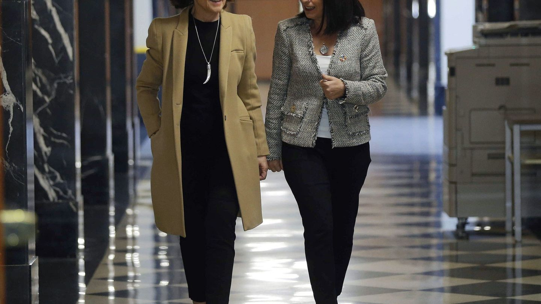 La vicepresidenta del Gobierno, Carmen Calvo, y la ministra de Política Territorial y Función Pública, Carolina Darias. (EFE)