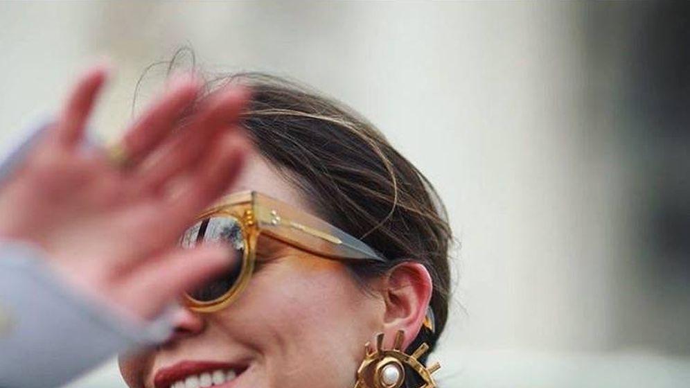 Foto: Paula Ordovás con los pendientes. (Foto cedida por la marca)