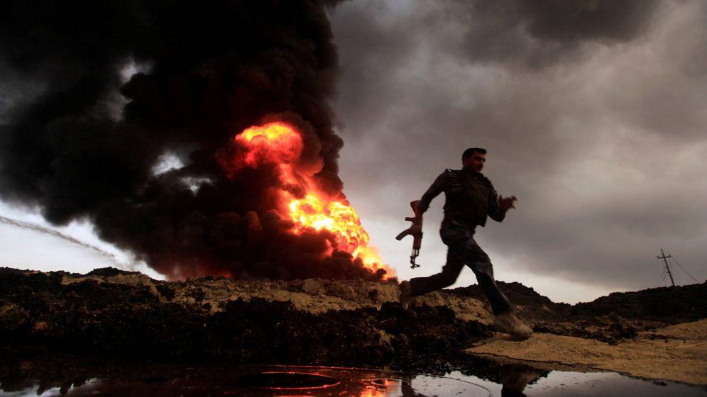 Foto: Llamas y columnas de humo de un pozo petrolífero incendiado por el ISIS en Qayyara, cerca de Mosul (Reuters).