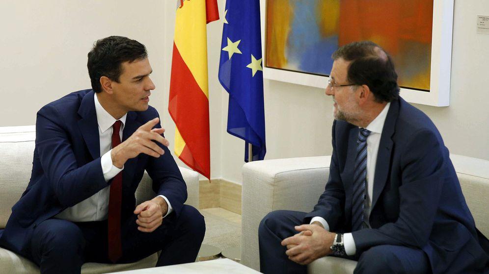 Foto: El presidente del Gobierno en funciones, Mariano Rajoy (d), y el secretario general del PSOE, Pedro Sánchez. (EFE)