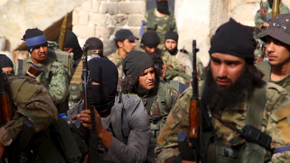 Foto: Milicianos del Frente Al Nusra se agrupan antes de avanzar hacia el frente en la ciudad de Ariha, en Idlib, el 29 de mayo de 2015. (Reuters)