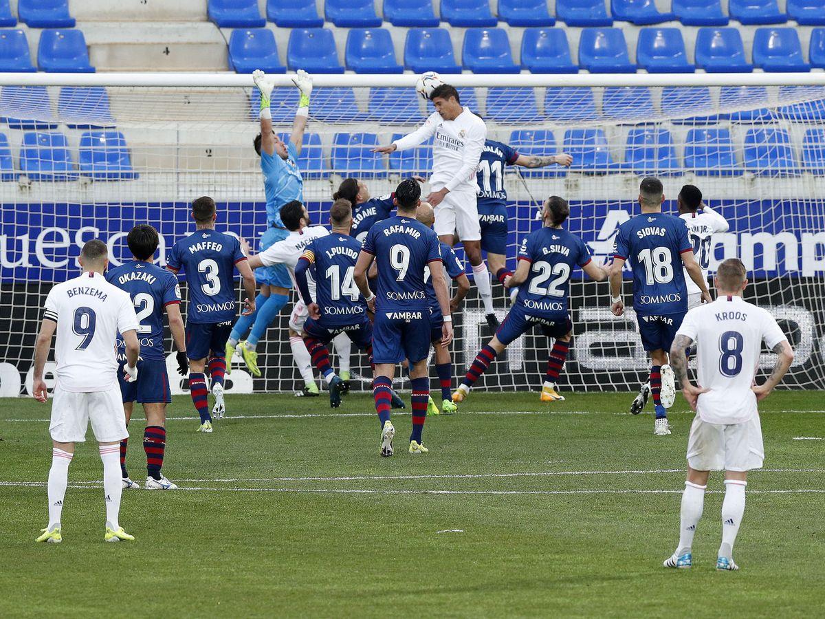 Foto: Raphaël Varane marca su primer gol ante el Huesca. (Reuters)