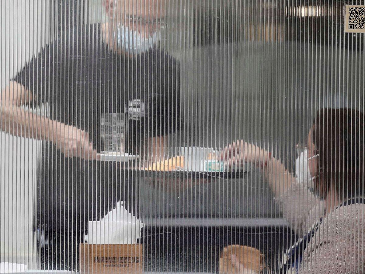 Foto: Un camarero y una clienta en una terraza de Valencia. (EFE)