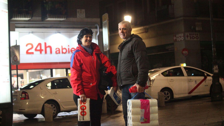 Foto: Son las dos menos cuarto de la mañana. Marcia y Ramón terminan su jornada en hostelería y pasan a comprar productos de limpieza. No han tenido tiempo durante el día.