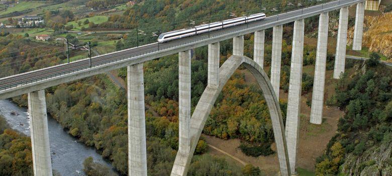 Foto: El pimer tren de alta velocidad que estrenó la línea A Coruña-Santiago de Compostela-Ourense (EFE)