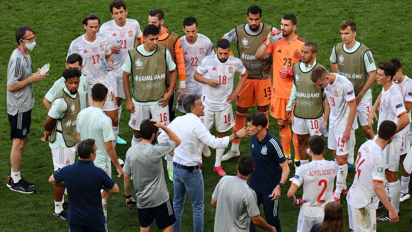 Soccer Football - Euro 2020 - Round of 16 - Croatia v Spain - Parken Stadium, Copenhagen, Denmark - June 28, 2021 Spain coach Luis Enrique talks to his players before the start of extra time Pool via REUTERS Wolfgang Rattay