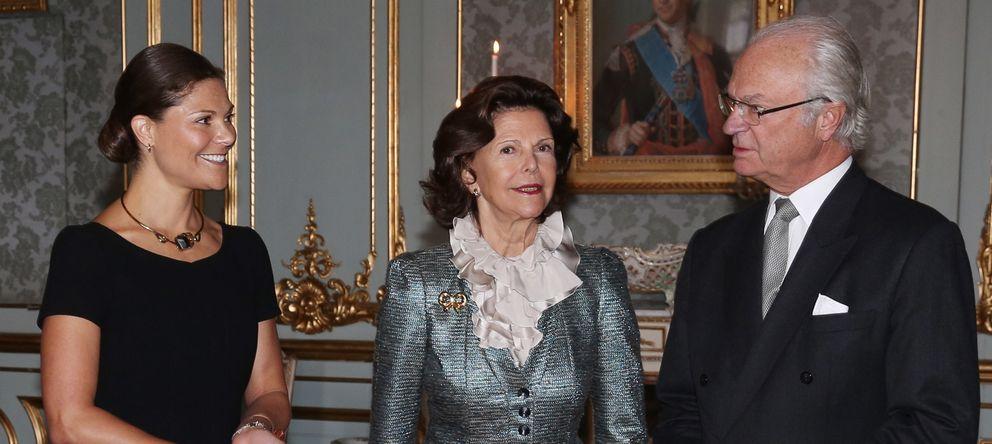 Foto: Carlos Gustavo, junto a su esposa y su hija Victoria (Gtres)
