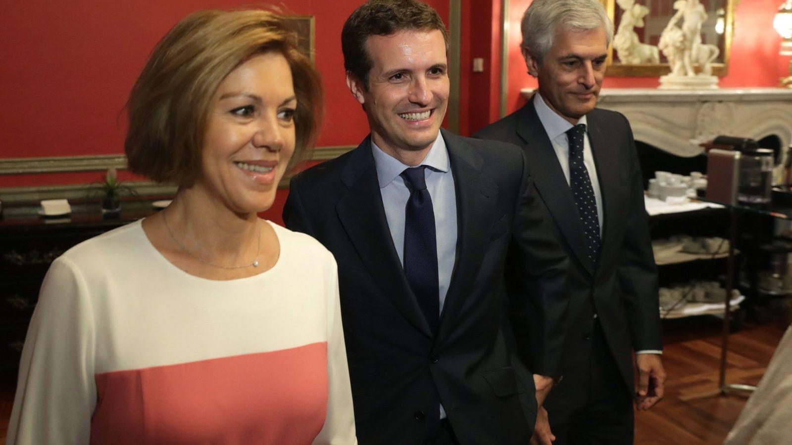 Foto: El candidato a la presidencia del PP Pablo Casado (c), María Dolores de Cospedal (i) y Alfonso Suárez Illana. (EFE)