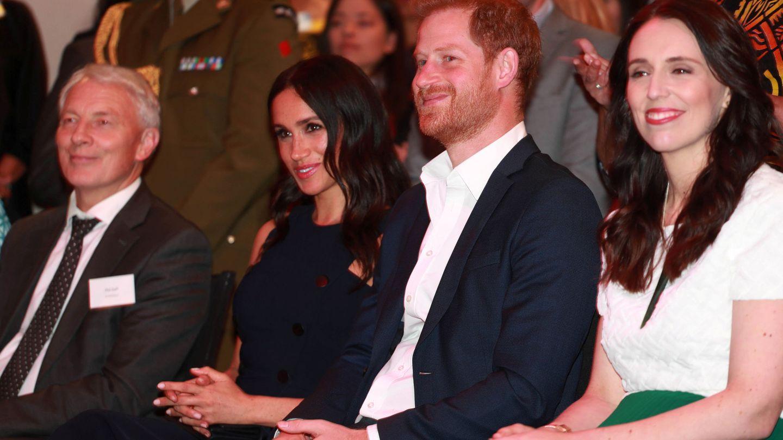 El príncipe Harry y Meghan Markle con la primera ministra de Nueva Zelanda. (Reuters)