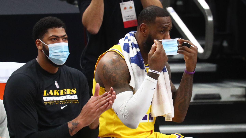 LeBron James y Anthony Davis, con mascarilla en el banquillo. (Reuters)