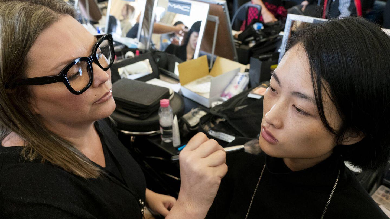 No todos los cepillos son adecuados para el dry brushing facial. (Imaxtree)