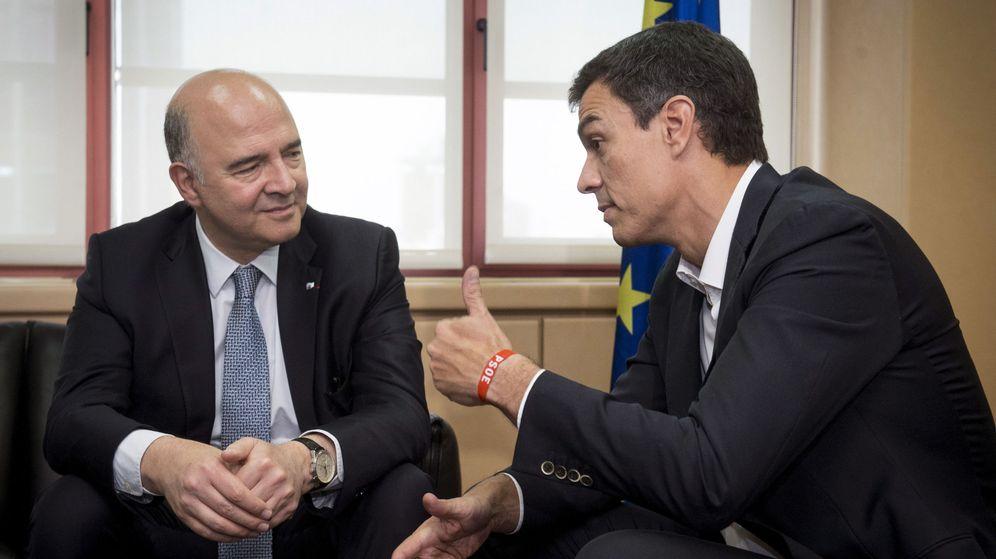 Foto: El secretario general del PSOE, Pedro Sánchez,d., durante el encuentro de trabajo que mantuvo hoy con el comisario europeo de Asuntos Económicos y Financieros, Pierre Moscovici. (EFE)