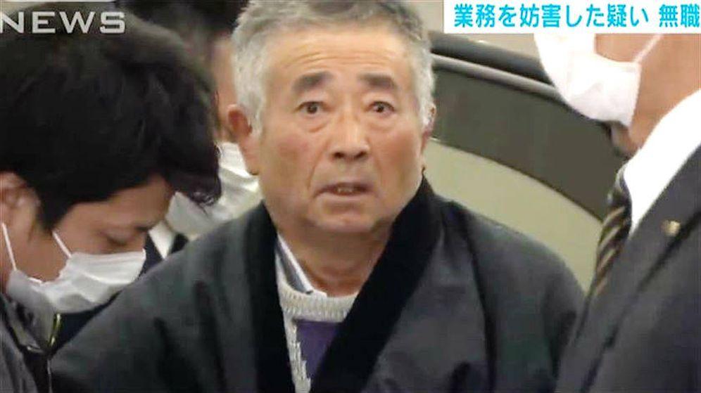 Foto: Akitoshi Okamoto, el anciano que llamó 33 veces al día a su compañía de teléfono. (Youtube)