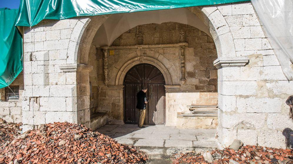 Foto: Isaac Ayala, párroco de Arraya de Oca (Burgos), abre el templo en ruinas. (David Brunat)