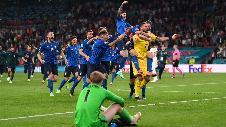 Los jugadores italianos celebran la victoria. (Reuters)