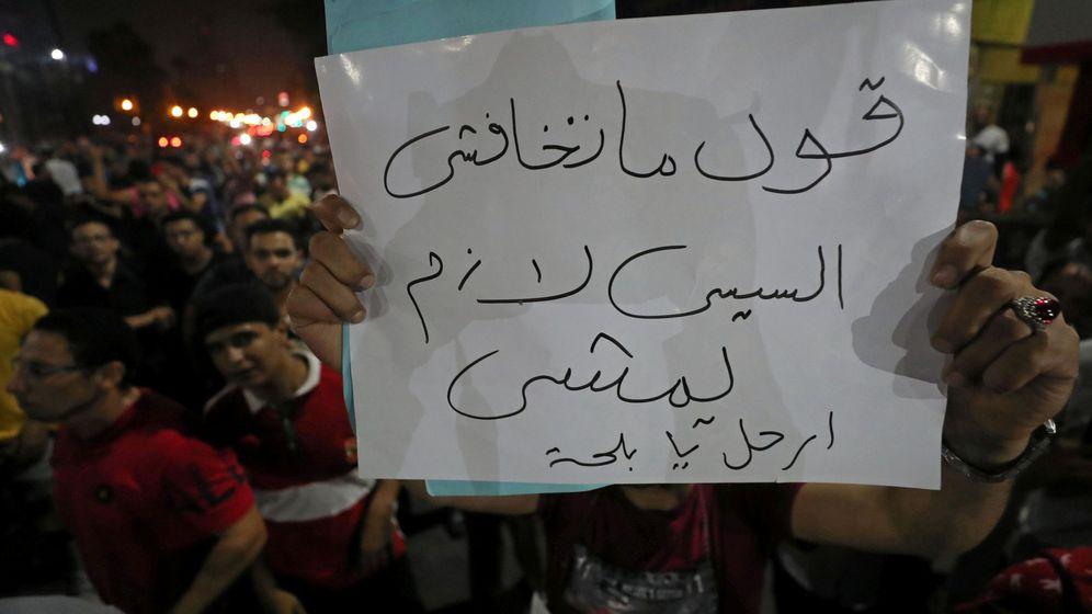 Foto: Un manifestante en El Cairo. El cartel dice: No tengáis miedo, decid: Sisi debe irse. (Reuters)