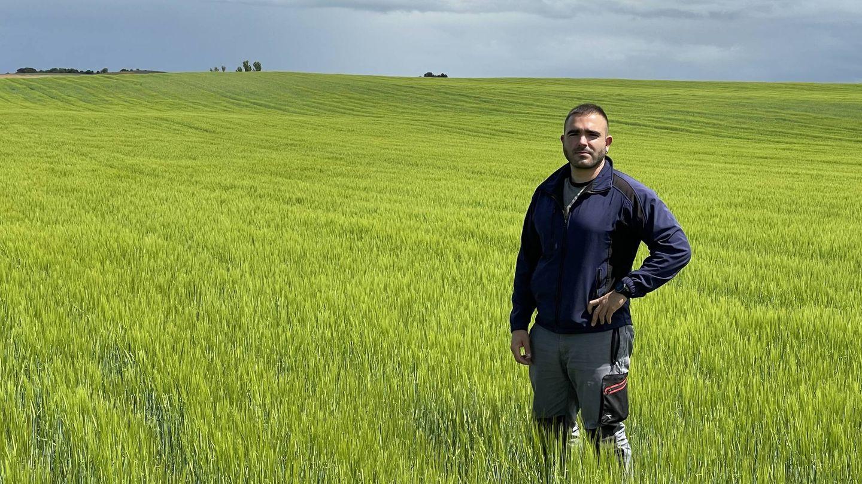 El tractorista Rodrigo Carrillo. (A. V.)