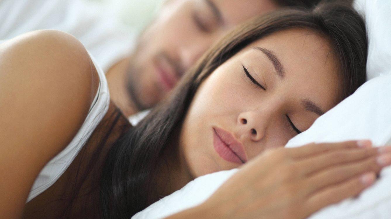Foto: Descansarás mucho mejor si no estiras las sábana y podrás prevenir enfermedades. (iStock)