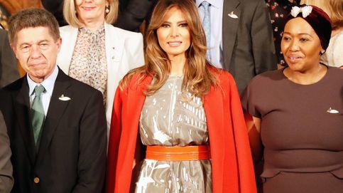 El poderoso mensaje de Melania Trump al usar sus abrigos como capas