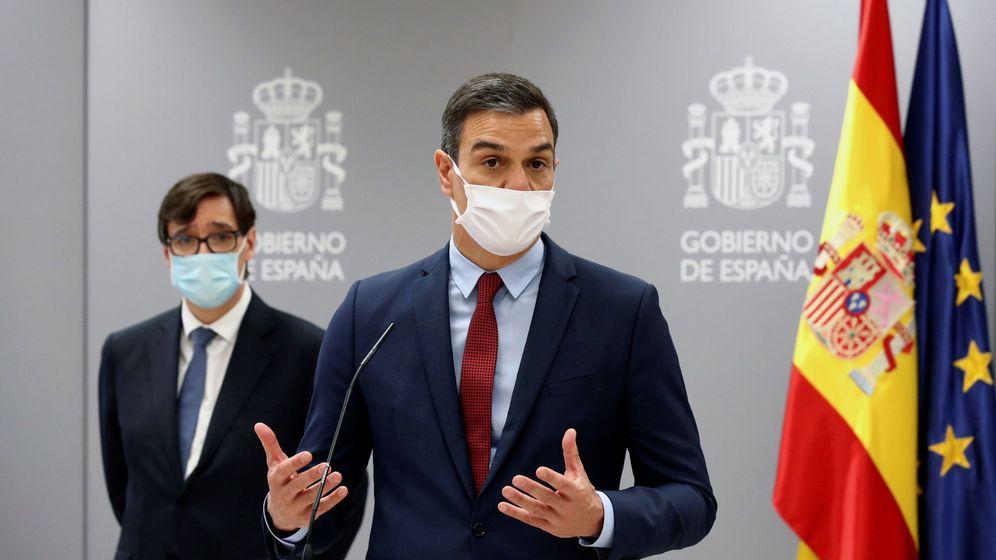 Foto: El presidente del Gobierno, Pedro Sánchez (c) acompañado del Ministro de Sanidad, Salvador Illa (i). (EFE)