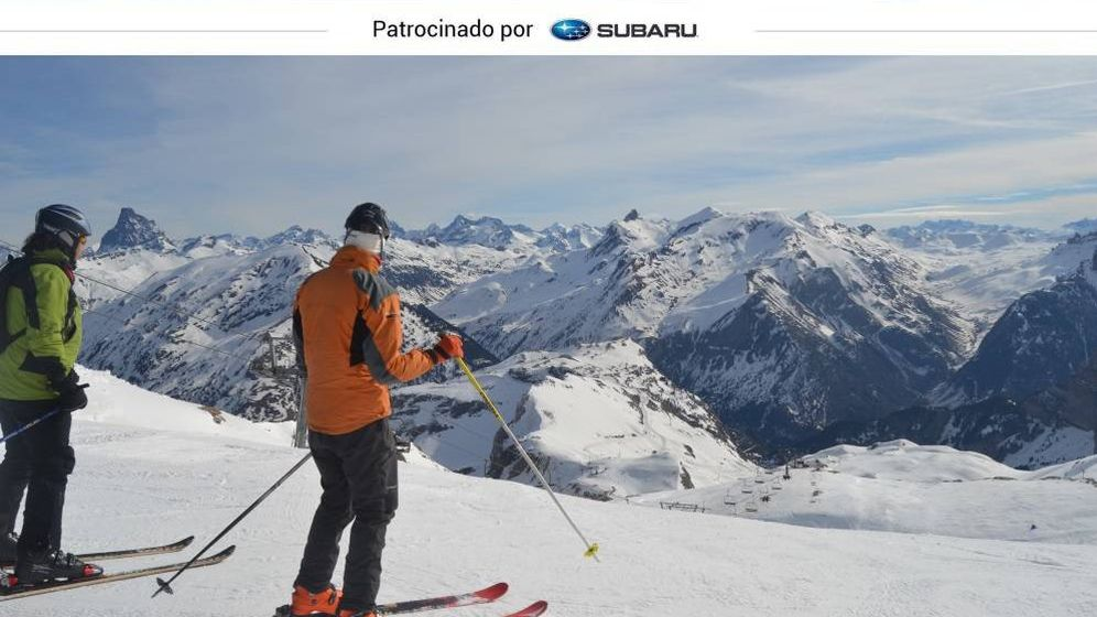 Foto: Dos esquiadores listos para comenzar un descenso. Al fondo, el Valle de Tena donde se encuentra el centro invernal de Formigal. (Foto: Nacho Viscasillas)